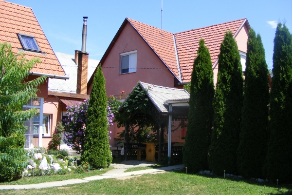 vendeghaz-2012-8E3C8727D-629A-5C1E-5EA8-B01C592AED5D.jpg